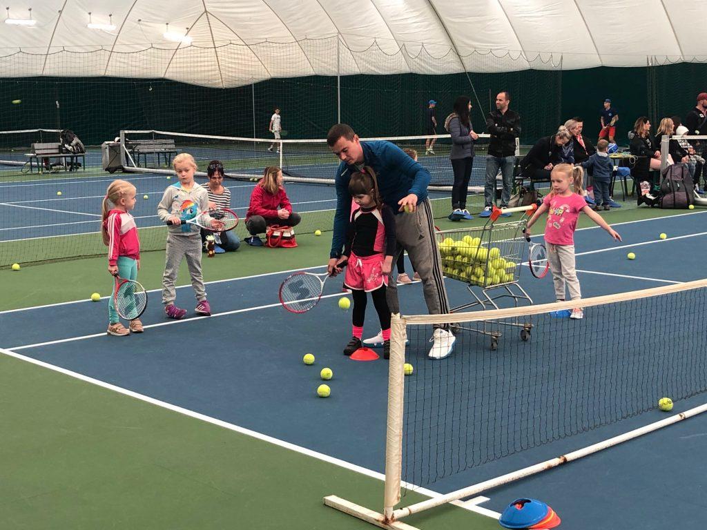 16 detí rozvíjalo svoj pohyb a športový talent na 3-mesačnom tenisovom kurze. 2