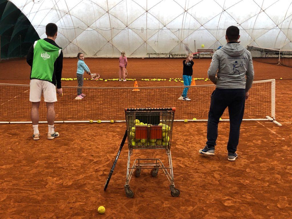 16 detí rozvíjalo svoj pohyb a športový talent na 3-mesačnom tenisovom kurze. 3
